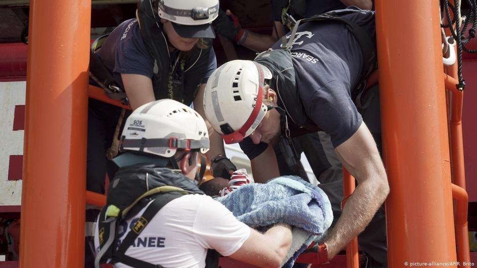 طاقم إنقاذ سفينة أوشن فايكنغ. picture-alliance/AP/R. Brito