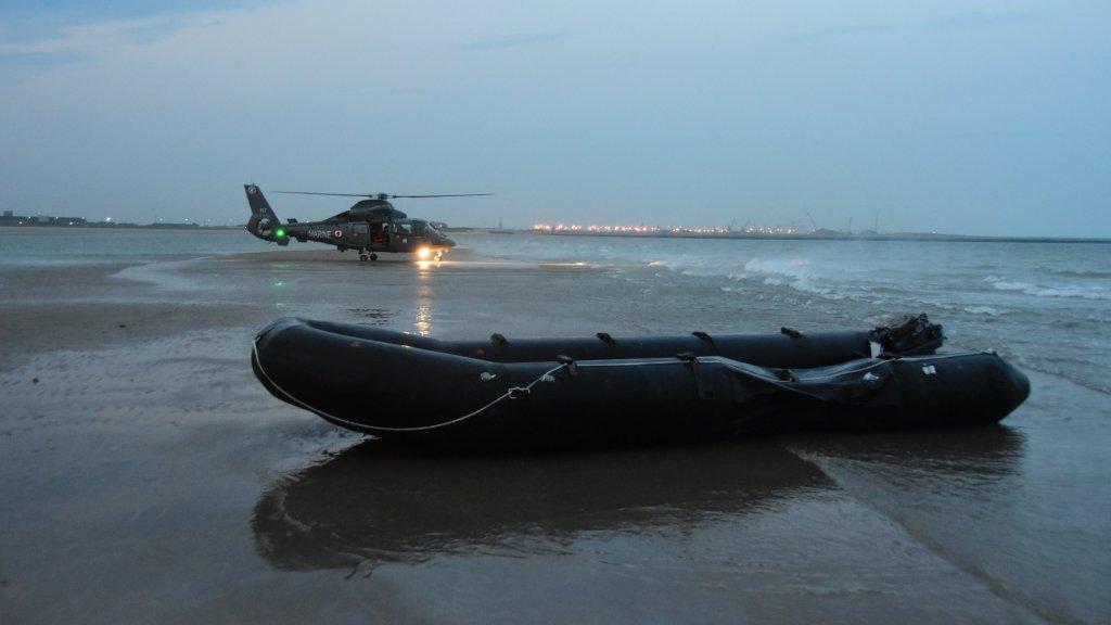 قایق بادی متعلق به مهاجران نجات یافته توسط نیروی دریایی فرانسه در اگست ٢٠١٩. عکس: Préfecture de la Manche et de la mer du Nord