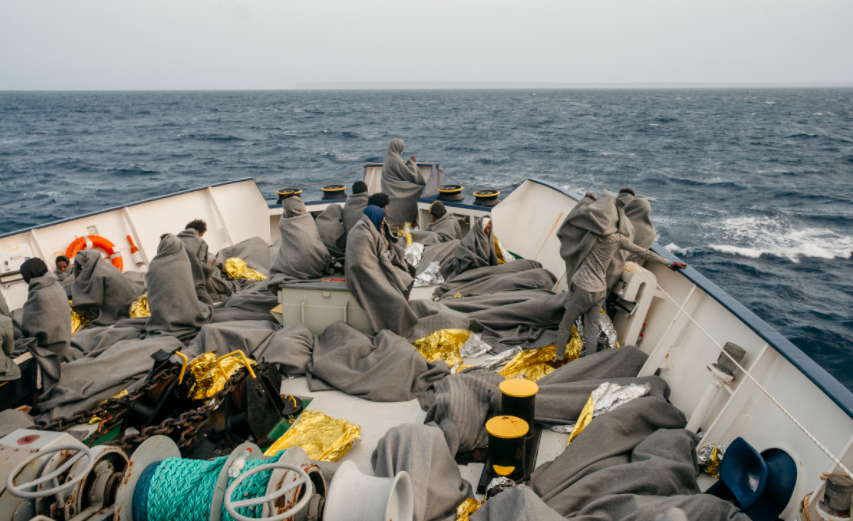 در ۴۸ ساعت گذشته ۴۵۵ مهاجر از قایق های گیرماند در آب های مدیترانه توسط کشتی سی واچ نجات داده شدند / عکس از:  Screenshot @seawatchcrew (Twitter)