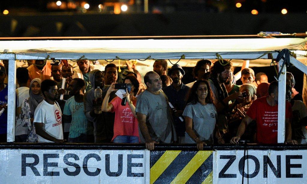 REUTERS/Guglielmo Mangiapane  Des migrants secourus au large de la Libye par le navire humanitaire «Open Arms» de l'organisation humanitaire espagnole Proactiva Open Arms, ont débarqué à Lampedusa, le 20 août 2019.