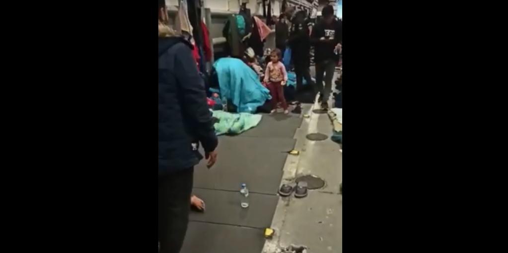 Capture d'écran d'une vidéo amateur filmée par un migrant à bord du navire militaire amarré dans le port de Mytilène, à Lesbos. Crédit : DR