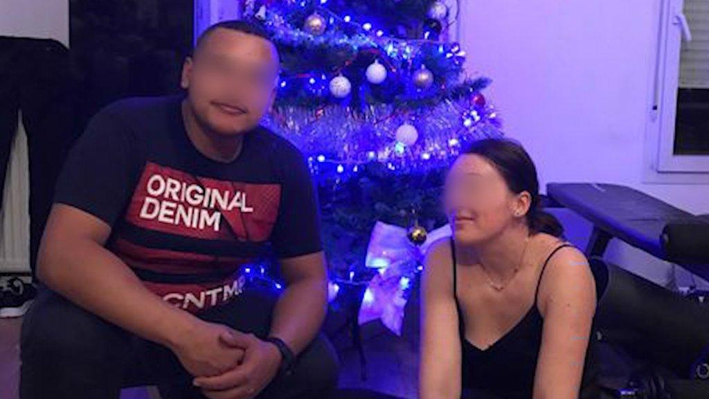 Mohamed et sa femme dans leur appartement, en région parisienne. Crédit : DR