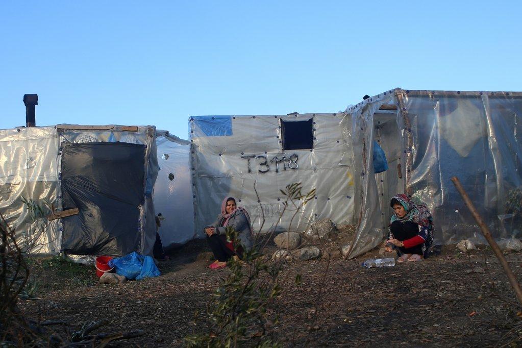 زنان مهاجر در خیمههای اطراف کمپ موریا در جزیره لیسبوس یونان. عکس از رویترز