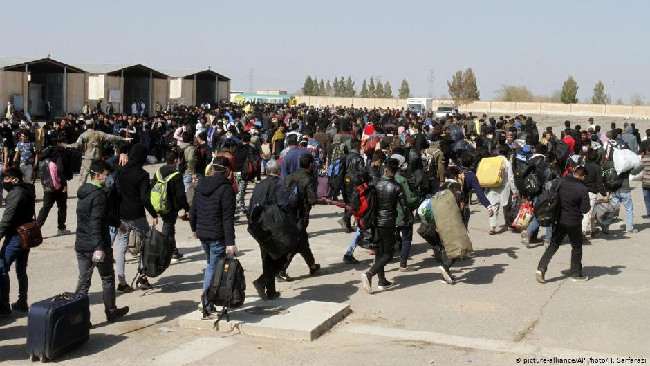 هغه افغانان چې د هرات له لارې له ایران څخه افغانستان ته بیرته ستانه شوي. انځور: اسوشیتید پرس