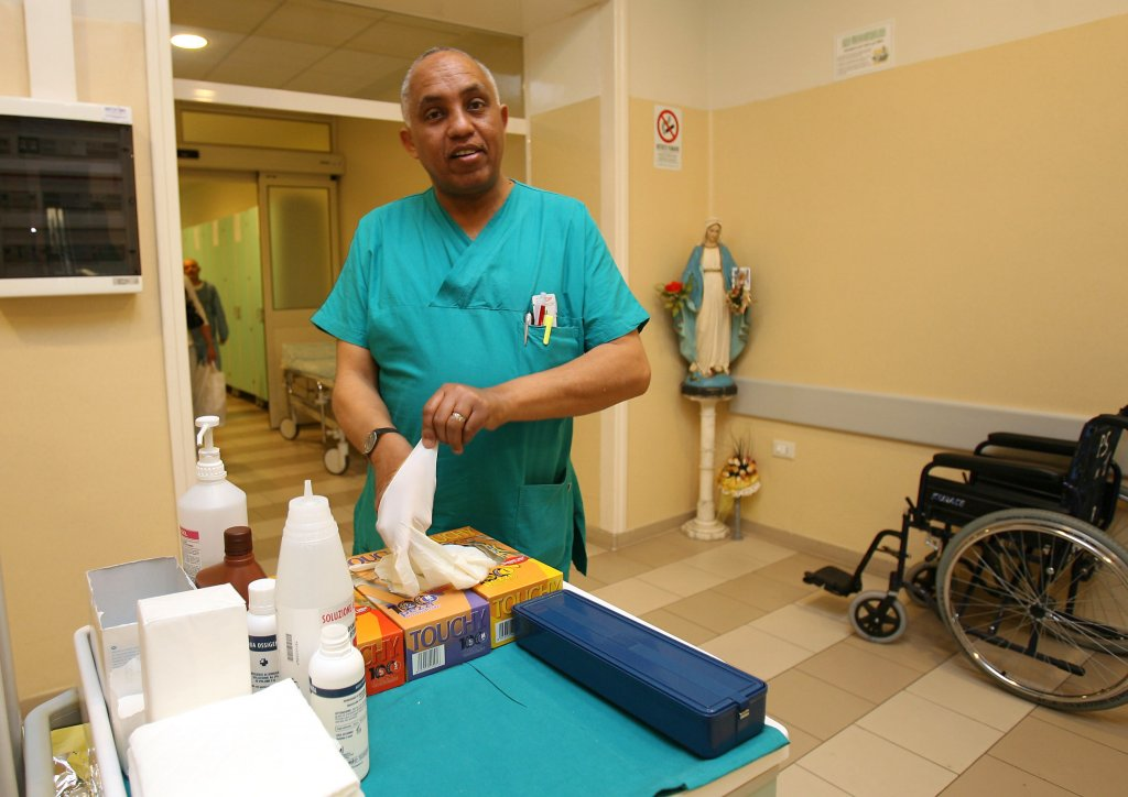 ممرض من غير مواطني الاتحاد الأوروبي في غرفة الطوارئ بمستشفي لوتي في بونتيديرا بمقاطعة بيزا. المصدر: أنسا/ فرانكو سيلفي.ansa