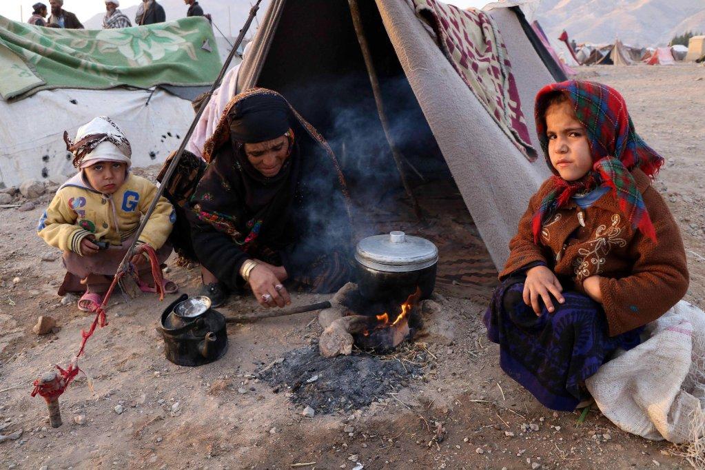 نازحون أفغان يعيشون في ملاجئ مؤقته في مقاطعة هيرات بأفغانستان. المصدر: إي بي إيه/ جليل رظائي.