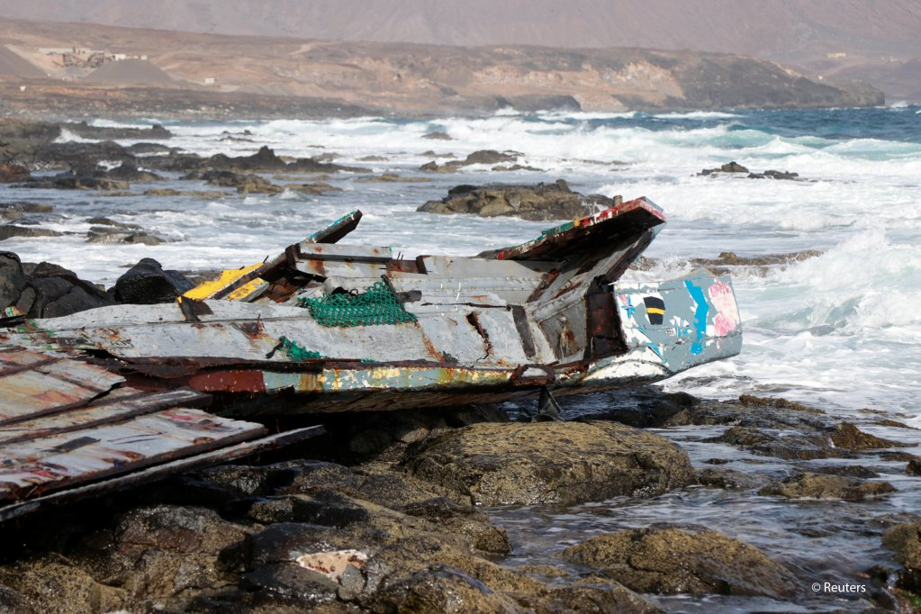 Pieces of a damaged boat carrying migrants from Senegal are seen after capsized near the coast of Sal Island, Cape Verde November 19, 2020. Picture taken November 19, 2020 | Photo: REUTERS/Jorge Avelino