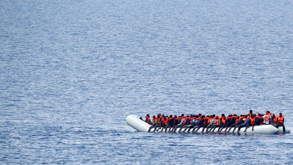 Image d'archive d'une embarcation de migrants attendant d'être secourus par l'ONG Save the children, le 18 juin 2017. Crédit : Reuters