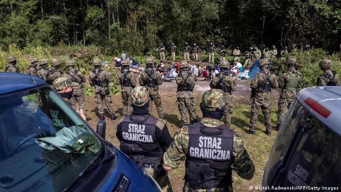 شرطة الحدود البولندية تتصدى لتدفق المهاجرين عبر بيلاروسيا