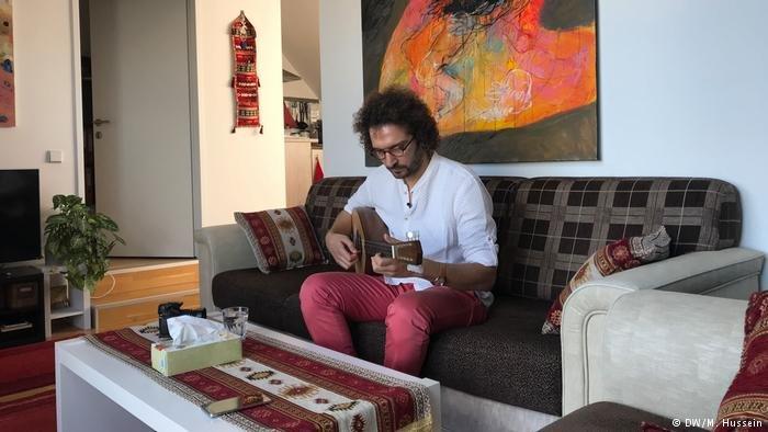 استطاع الموسيقي السوري صلاح عمو أن يضع لنفسه بصمة في فيينا، مدينة الموسيقيين
