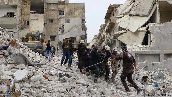 Syrien Luftangriffe auf die Stadt Ariha (Reuters/A. Abdullah)