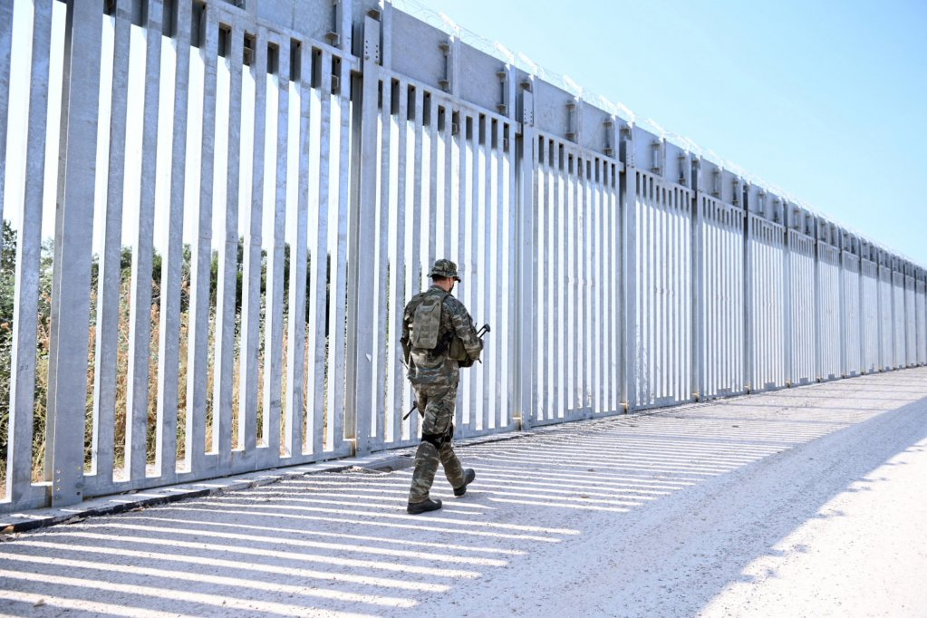 A soldier patrols near a steel fence built along the Evros River in the area of Feres, at the Greek-Turkish border, Greece, 1 September 2021 | Photo: ARCHIVE/EPA/DIMITRIS ALEXOUDIS