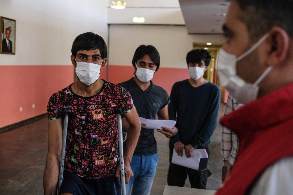 مهاجرون أفغان أوقفتهم شرطة الحدود التركية، بعد قدومهم بطريقة غير شرعية من إيران، في مركز الترحيل قرب الحدود مع إيران. المصدر: إي بي إيه / سيدات سونا.