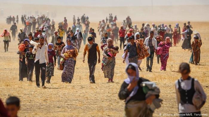"""في الثالث من آب/ أغسطس عام 2014 بدأت عناصر تنظيم """"داعش"""" الإرهابي الهجوم على جبال سنجار فاختطفوا 7000 امرأة وطفل، وقُتل ما يقارب 10000 إيزيدي وإيزيدية ودفنوا في مقابر جماعية."""