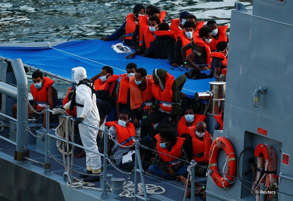 Des migrants ont été secourus en mer par Malte après avoir passé plus de 30 heures en mer. Crédit : Reuters