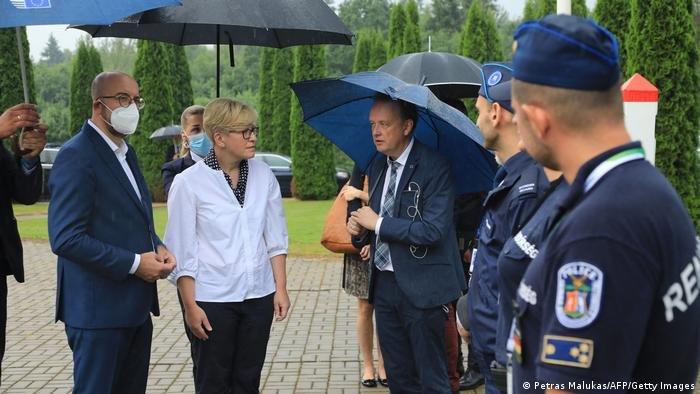 Petras Malukas/AFP/Getty Images |رئيس المفوضية الأوروبية شارل ميشيل ورئيسة وزراء ليتوانيا قرب الحدود مع بيلاروسيا.