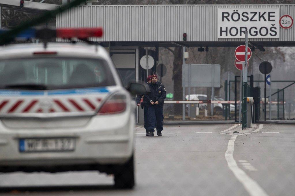 Des policiers hongrois au poste frontière de Horgos 2 entre la Serbie et la Hongrie. Crédit : Reuters