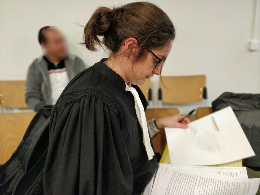 L'avocate Aude Rimailho dans la salle d'attente de la CNDA. Crédit : InfoMigrants