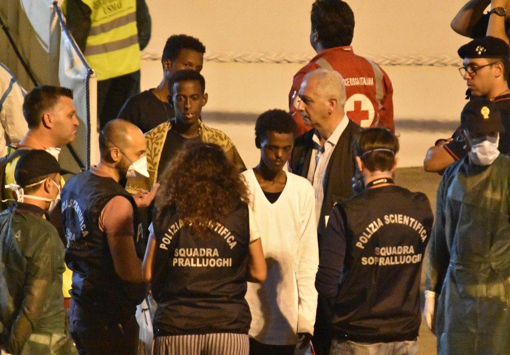"""ANSA / مهاجرون قاصرون غير مصحوبين بذويهم يهبطون من السفينة """"ديتشيوتي"""" في ميناء كاتانيا الإيطالي. المصدر: أنسا/ أوريتا سكاردينو."""