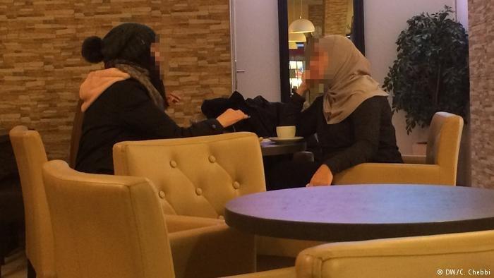 DW/C. Chebbi |اللاجئة السورية سمر متحدثة إلى غحدى صديقاتها في مقهى برليني