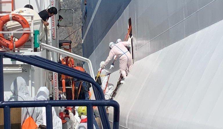 حدود ۱۸۰ مهاجر طی دو هفته در کشتی روباتینو در مقابل  بندر پالرمو قرنطین شده بودند. عکس از رویترز