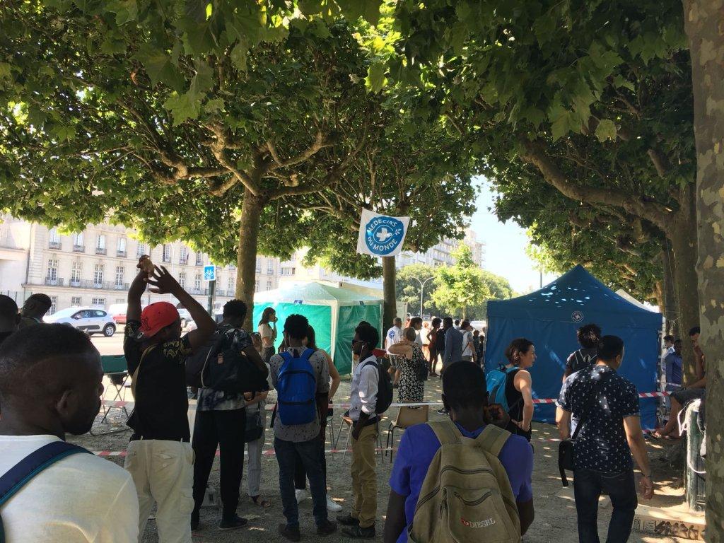 Photo d'archive - InfoMigrants. Des centaines de personnes dans le square Daviais, à Nantes, le 13 juillet.