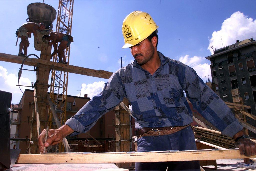 عامل مصري يعمل في ورشة بناء في ميلانو. المصدر: أنسا / دانييل دل زينارو.