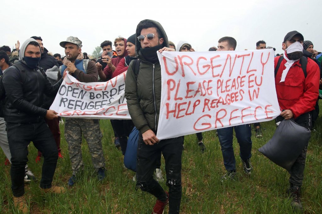 مهاجرون ولاجئون يحتجون بالقرب من مخيم في قرية ديافاتا، غرب مدينة تسالونيكي في شمال اليونان. المصدر: إي بي إيه/ سوتيريس بارباروسيس.
