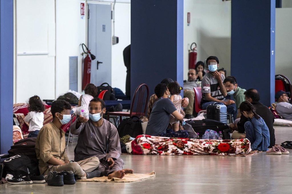 مدنيون أفغان في مطار فيوميتشينو في روما، بعد وصولهم على متن طائرة عسكرية من كابول. المصدر: أنسا/ أنجيلو كاركوني.