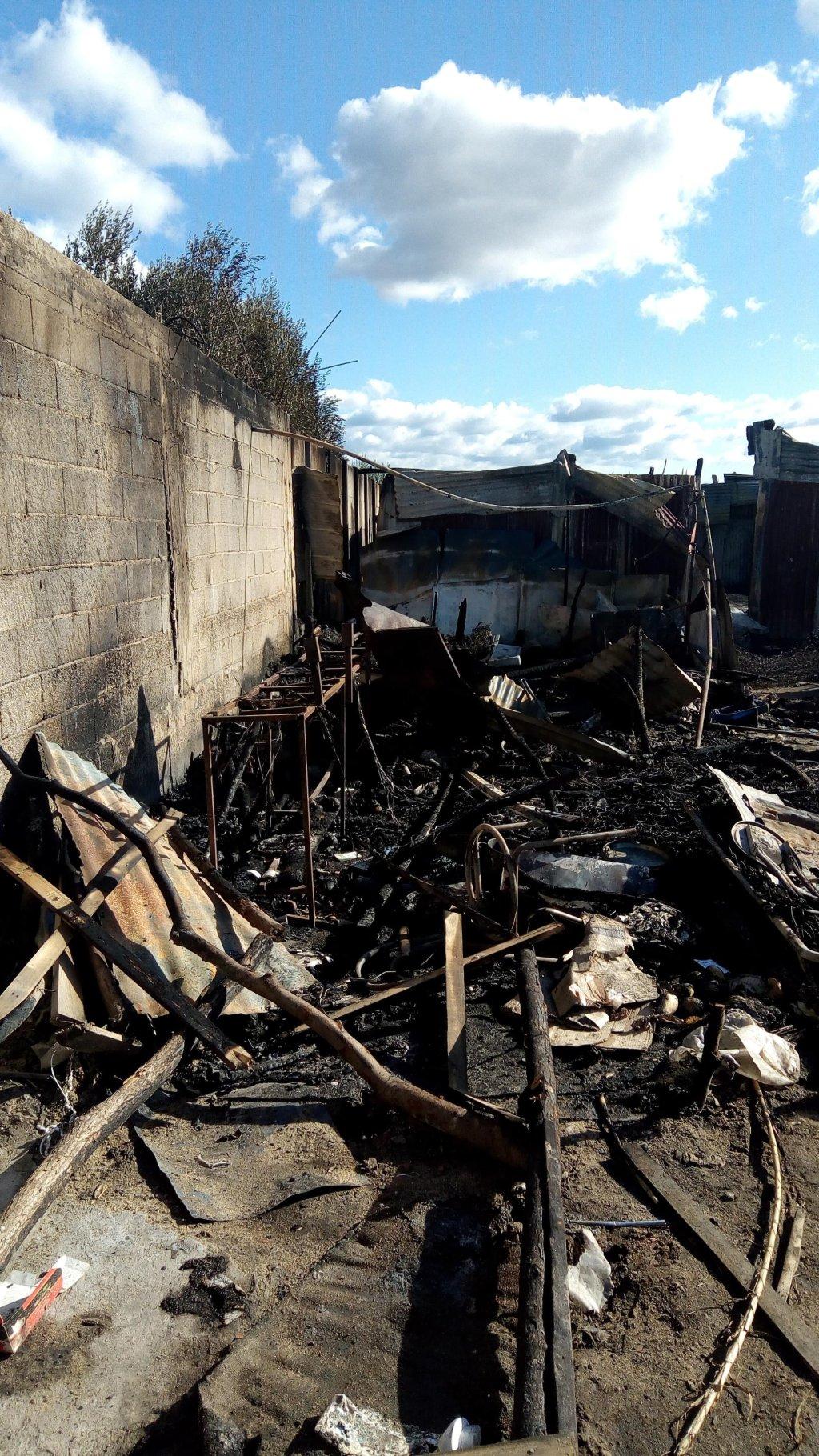 الأضرار الناجمة عن حرائق القمامة في مدينة الأكواخ في سان فرناندينو، حيث يقيم مهاجرون يعملون في حصاد موسم الحمضيات. المصدر: أنسا.