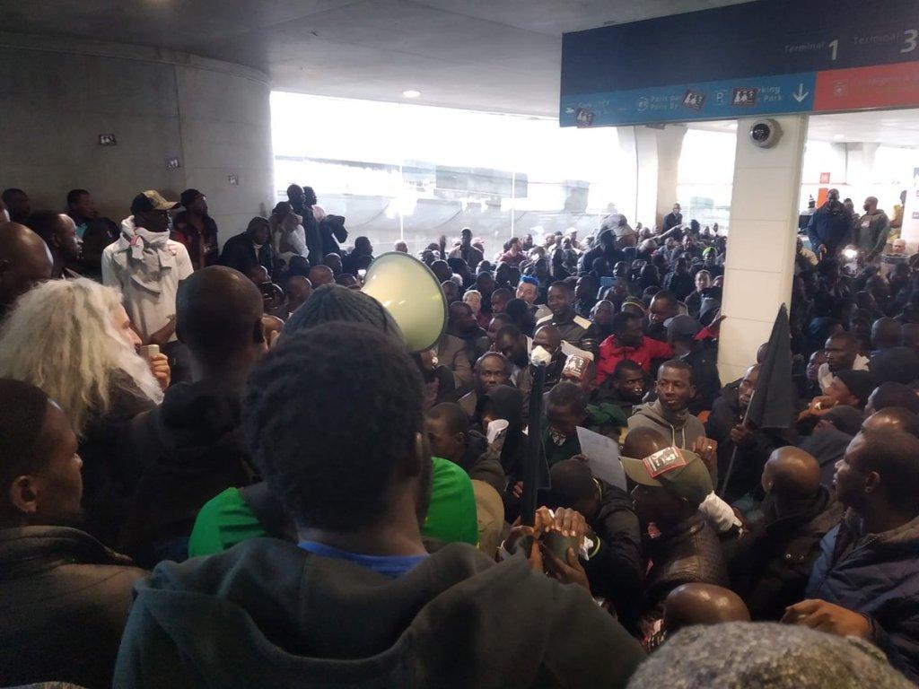 """مظاهرة في مطار شارل ديغول الأحد 19 أيار/مايو. الصورة: جمعية """"لا شابيل دوبو"""""""