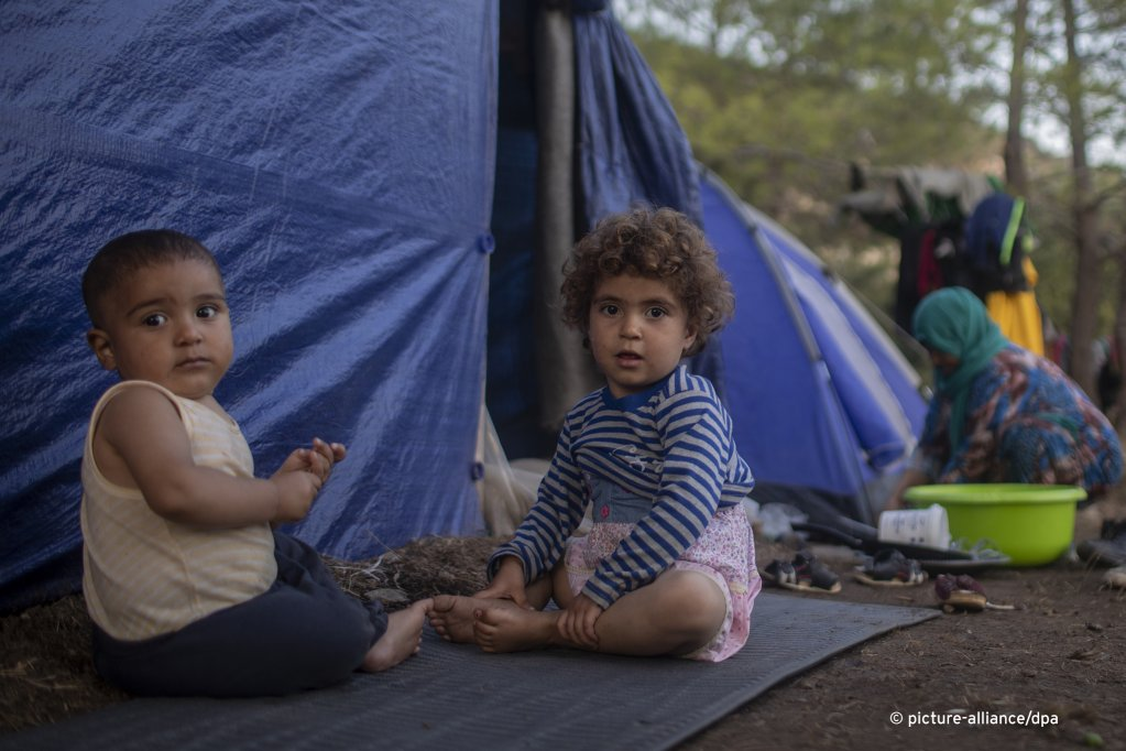 Syrian children outside a makeshift tent near the refugee and migrant camp at the Greek island of Samos on Wednesday, Sept. 25, 2019 | Photo: Picture-alliance