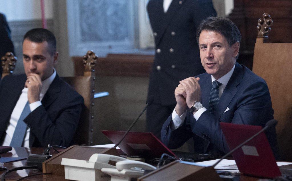 ANSA / رئيس الوزراء الإيطالي جوزيبي كونتي (إلى يمين الصورة) ووزير الخارجية لويجي دي مايو. المصدر: أنسا / ماريزيو براماباتي.