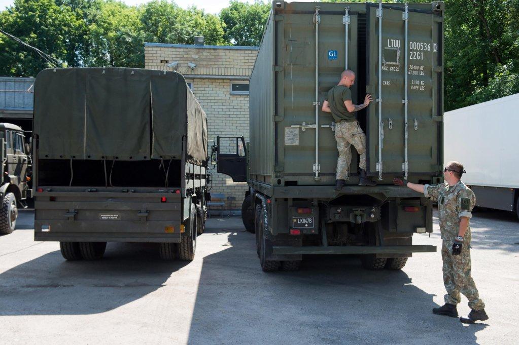 شاحنات محملة بمساعدات بولندية تصل إلى المنطقة القريبة من مطار فيلينوس في ليتوانيا، للمساعدة في أزمة المهاجرين. المصدر: إي بي إيه/ فلاديمير دوفيكو.