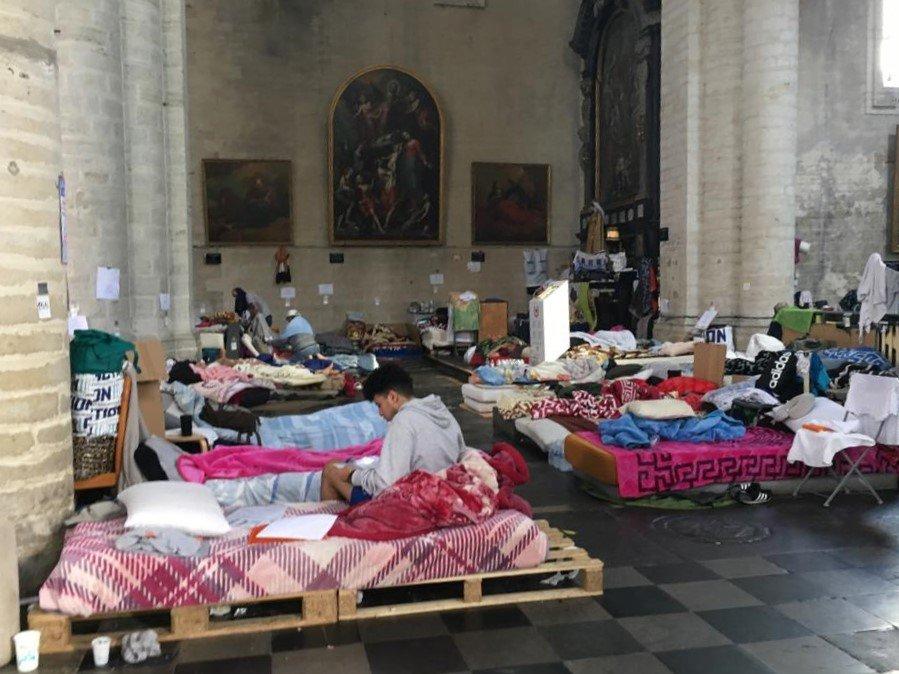 Les sans-papiers occupent toujours l'église du Béguinage, à Bruxelles, malgré la suspension de la grève de la faim. Crédit : InfoMigrants.