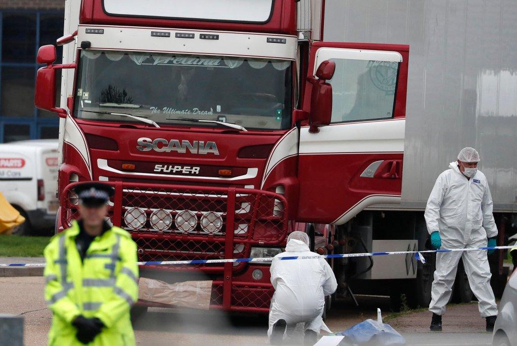La police scientifique britannique inspecte le camion où ont été découvert 39 migrants vietnamiens morts d'asphyxie et d'hyperthermie à l'est de Londres, le 23 octobre 2019. Crédit : Reuters