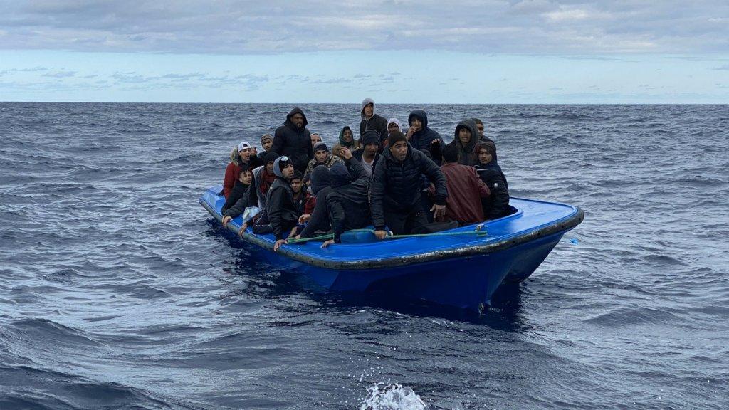 44 hommes à bord d'une embarcation ont été secourus par le navire humanitaire Open Arms, vendredi 10 janvier. Crédit : Twitter/OpenArms