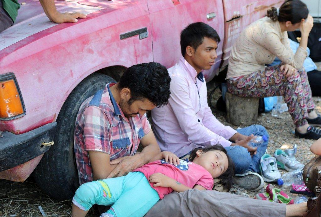 گروهی از پناهجویان افغان در جزیره لیسبوس یونان