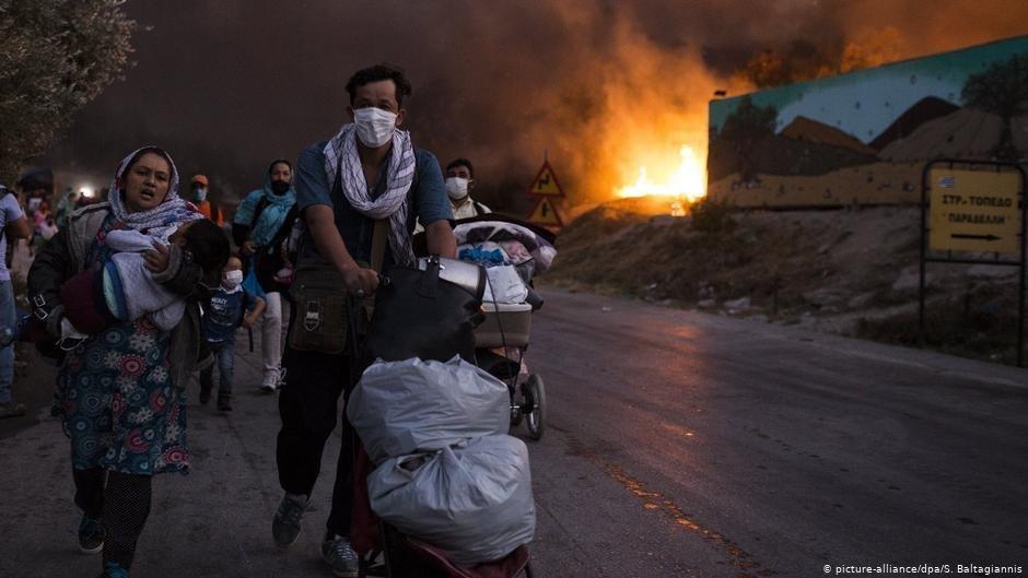 مهاجرون ولاجؤون يفرون من مخيم موريا بعد اندلاع حريق