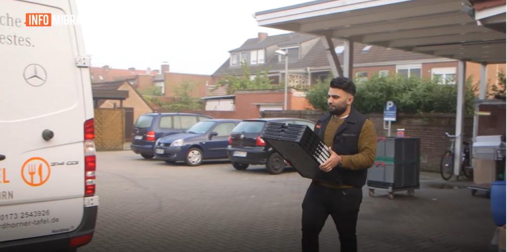 """أنس مصطفى متطوع في بنك الطعام المحلي في ألمانيا. يعتبر أن """"ألمانيا أنقذت حياتي،  أريد أن أرد لها الجميل"""""""