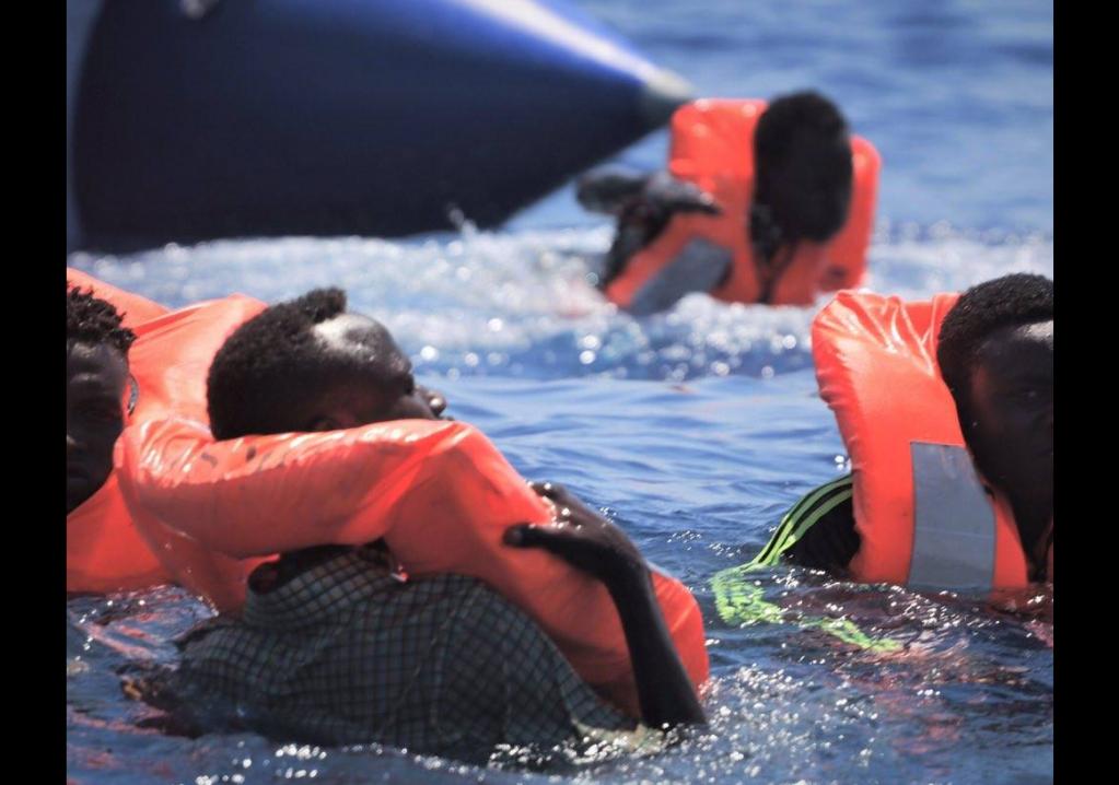 Des migrants sont tombés à l'eau, lundi 12 août, pendant une opération de sauvetage de l'Ocean Viking. Crédit : SOS Méditerranée.