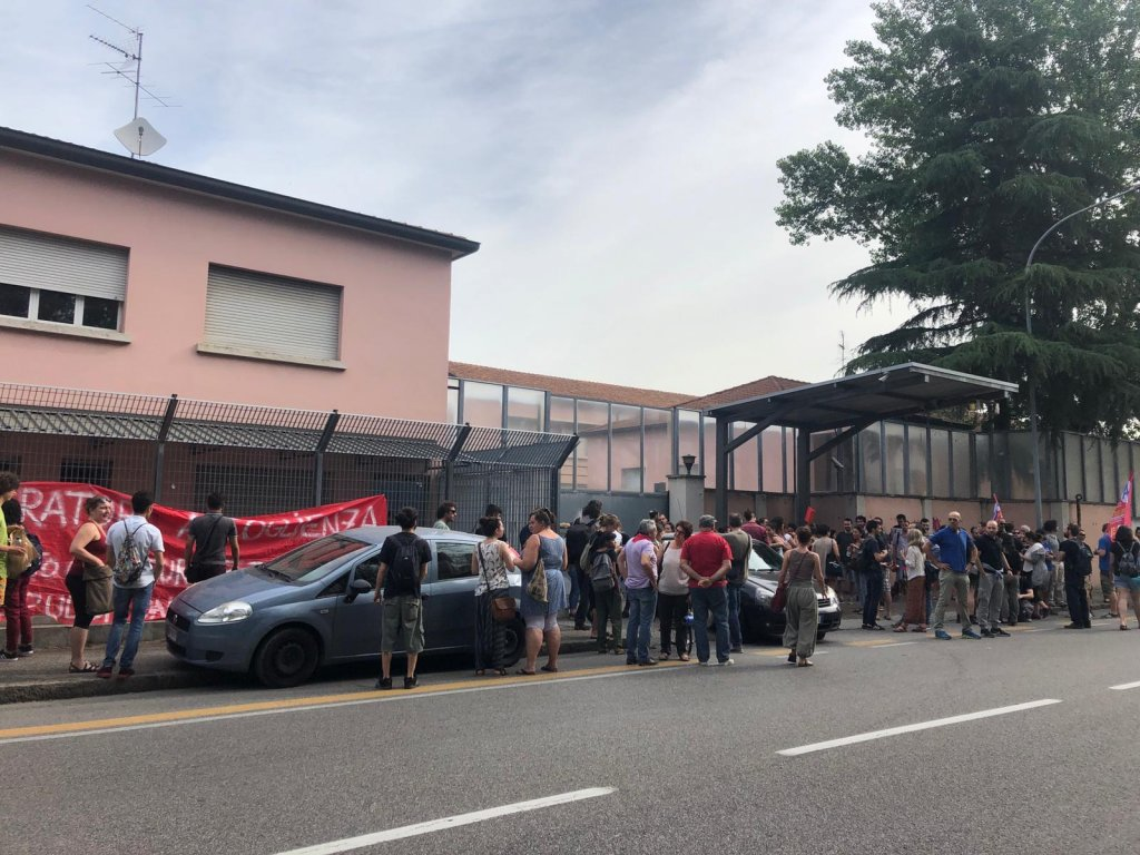 ANSA / احتجاج للمواطنين ضد إغلاق مركز بولونيا للمهاجرين. المصدر: أنسا.