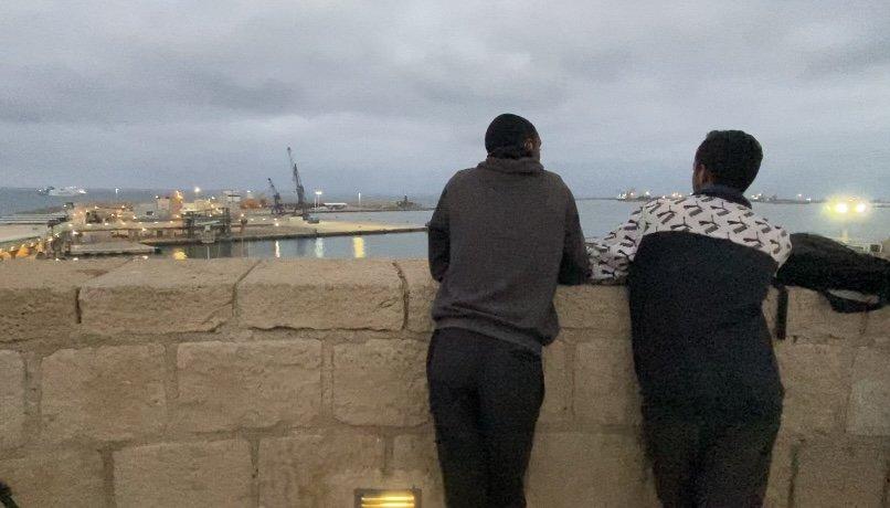 Hassan à droite et son ami Rachid passent de longues heures à regarder les ferry du port de Melilla. Leur rêve : réussir à grimper dans l'un d'eux et rejoindre le continent européen. Crédit : InfoMigrants