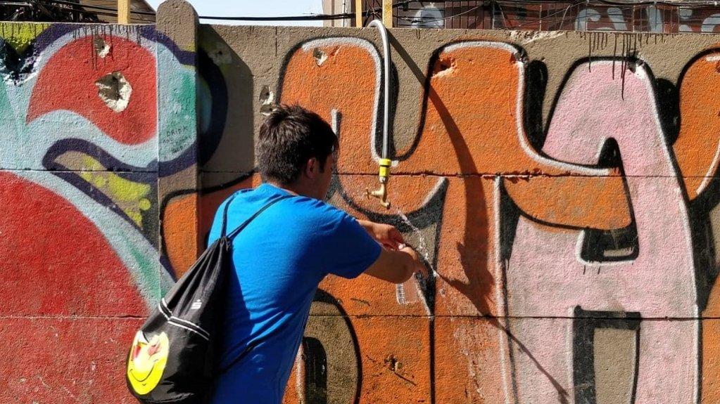 Dans les campements de le porte d'Aubervilliers, les migrants ne disposent que d'un seul point d'eau. Crédit : Wasi Mohsin, InfoMigrants