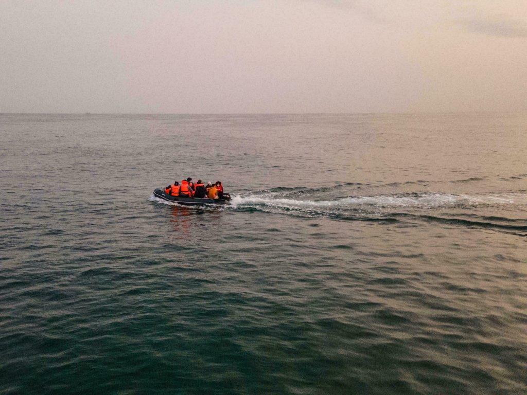Des migrants sur un canot pneumatique traversent illégalement la Manche pour rejoindre la Grande-Bretagne, le 11 septembre 2020. Crédit : AFP
