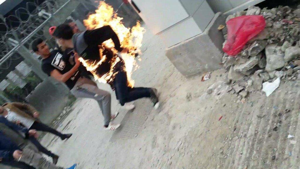 ANSA / مهاجر سوري يشعل النار في نفسه في مخيم موريا باليونان. صورة من الارشيف