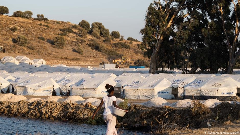 A young woman returns to the new camp on Lesbos after washing her clothes | Photo: Marianna Karakoulaki/DW