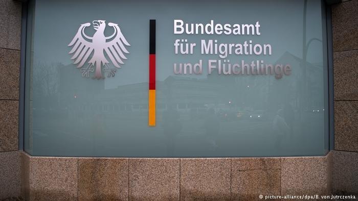 picture-alliance/dpa/B. von Jutrczenka |مقر الهيئة الاتحادية لشؤون اللاجئين (بامف)