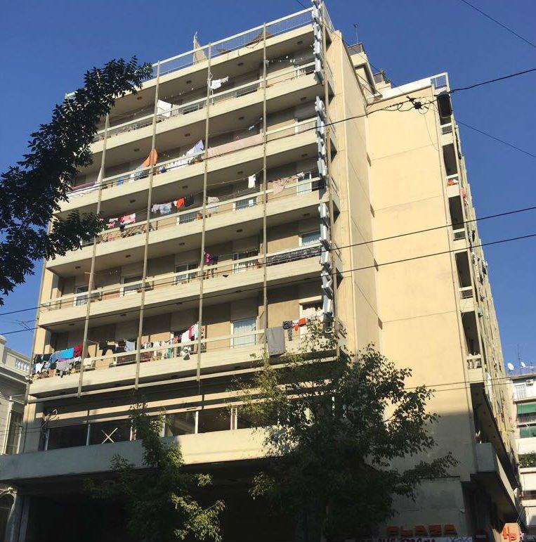 Image d'illustration du City Plaza Hotel, à Athènes. Cet immeuble, qui héberge des migrants, a aussi été visé par une attaque de militants d'extrême-droite en 2016. Crédit : InfoMigrants