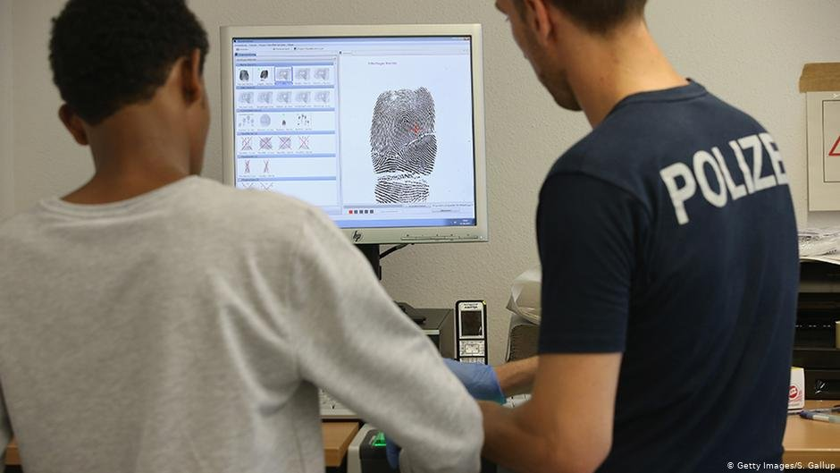 Authorities in Germany collect biometric data from migrants and refugees in order to identify them better in future | Photo: Getty Images/S. Gallup